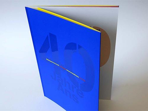 Broschüre gestalten. Sehen Sie hier die grafische Gestaltung einer hochwertigen Broschüre. Für den besonderen Anlass eines 40-jährigen Jubiläums erhielten wir den Auftrag, eine hochwertige Broschüre zu erstellen. 40 Jahre Städtepartnerschaft Unterschleißheim mit dem südfranzösischen Le Crès. Was würde sich besser für ein so besonderes Jubiläum eignen, als die Jubiläumsbroschüre mit besonderem Druckverfahren zu veredeln. Eine große »40« auf dem Titel wurde mit UV-Lack auf ultramarinblauem Titel gedruckt. Auch die Wappen beider Städte wurden auf den Einschlagseiten in dieser edlen Drucktechnik realisiert, deren Wirkung vom Kontrast der matten Oberfläche mit dem glänzenden UV-Lack lebt. Wir freuen uns über das Resultat, das allseits guten Anklang fand. Gerne gestalten wir auch Ihre Broschüre. Für ein unverbindliches Beratungsgespräch sind wir unter Tel. +49 172 890 84 90 für Sie da.