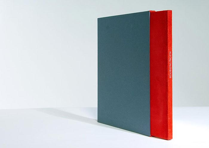 Buch Design. Sie sehen unser Buch Design für einen besonderen Anlass. Buch hat einen besonderen Wert. In digitalen Zeiten ist es wie eine Insel der Ruhe, in die man sich ohne Ablenkung versinken kann. Ein Buch in den Händen zu halten ist ein sinnliches Erlebnis. Umso mehr, wenn es sich um ein exklusives Druckwerk handelt, das individuell angefertigt wurde. Von der Idee über Typographie und Layout bis zur Wahl der Papiere und kunstvollen Drucktechniken. Bei diesem hier vorgestellten Projekt handelt es sich um ein Unikat Buch, für das wir zu einem besonderen Firmenjubiläum beauftragt wurden. Wir gestalteten das Buch in rotem Velour Einband, auf den der Titel mit silberner Heissfolienprägung gedruckt wurde. Für die Innenseiten wählten wir luxuriöses Chinapapier. Ein Transparentpapier wurde zum Trennblatt neu beginnender Kapitel. Dazu passend gestalteten wir einen Schuber, der mit anthrazit farbigem Feinstpapier überzogen wurde. An den schmalen Kanten bekam der Schuber eine extravagante Paspelierung in rotem Velour passend zur Oberfläche des Einbandmaterials. Dieses Buch-Unikat wurde zum unvergesslichen Geschenk für die Firmen-Jubiliarin. Gerne designen wir auch Ihr exklusives Buch Design. Für ein unverbindliches Gespräch sind wir unter Tel. +49 172 890 84 90 gerne für Sie da.