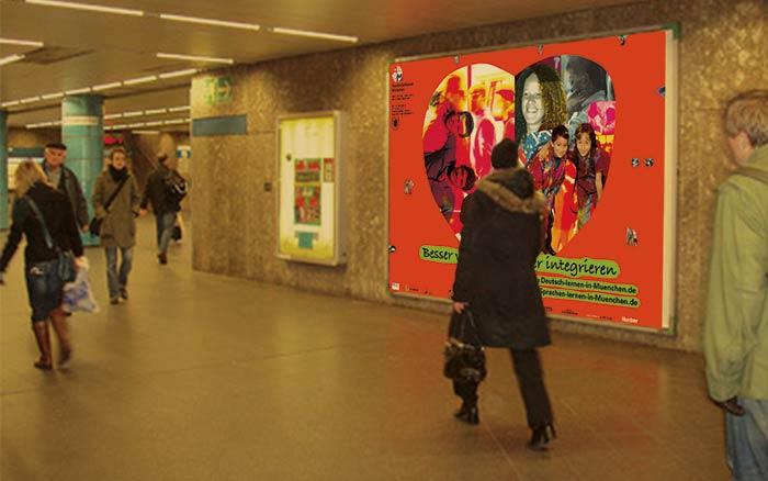 Emotionen visualisieren. Sie sehen unsere Gestaltung, in der wir Emotionen visualisierten. Vom Kulturreferat der Landeshauptstadt München erhielten wir den Auftrag, die Kampagne »Besser verstehen, besser integrieren« zu gestalten. Hinter dem Titel der Kampagne stand die Idee für eine bessere Verständigung von In- und Ausländern über die Weiterentwicklung von Sprachfähigkeit. Eine Website sollte Sprachkursangebote der Stadt München für deutsch- und fremdsprachige Interessierte bündeln und übersichtlich anbieten. Eine sehr schöne Idee, wie wir finden. Wir wollten diese beherzte Idee zur Verbesserung unseres gesellschaftlichen Miteinanders visualisieren. Ein »Herz« aus Menschen unterschiedlicher Länder und Kulturen wurde zur Bildidee. Als universelles Symbol für Menschlichkeit und emotionale Nähe sollte dieses »Herz« sinnbildlich für integrierte Gesellschaft und Zusammenhalt stehen. Mittels Fotocollage-Technik verschmolzen wir Fotos und Bildstile miteinander. Wir warfen Duplex getonte-, farblich verfremdete- und Schwarz/Weiß-Bilder in einen Topf und mischten kräftig an den Hebeln unserer Grafik-Programme – am Ende entstand ein Bild, das eine neue Farbwelt formte. Bilder prägen Vorstellungen! Das Herz aus Menschen wurde zum Keyvisual und zum Kern der Integrations-Kampagne »Besser verstehen, besser integrieren«. Im konsequenten Corporate Design gestalteten wir Homepage, Großflächenplakate, Postkarten, Anzeigen und viele weitere Medien. Gerne gestalten wir auch Ihre Kampagne indem wir Emotionen visualisieren. Unter Tel. +49 172 890 84 90 sind wir gerne für ein unverbindliches Beratungsgespräch für Sie da.